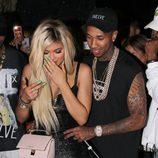 Tyga acompaña a Kylie hasta su regalo