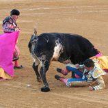 Fran Rivera en el momento de su cogida en la plaza de toros de Huesca