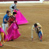 El Fandi y Padilla socorren a Fran Rivera tras ser corneado en Huesca