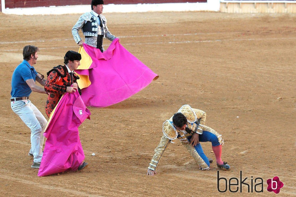 Fran Rivera intenta levantarse tras ser corneado en Huesca