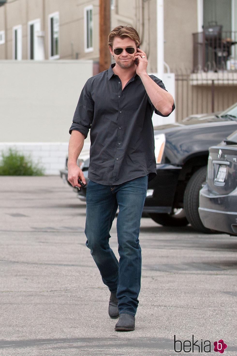 Chris Hemsworth hablando por teléfono en Los Ángeles