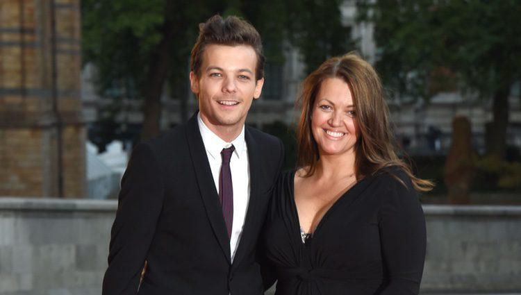 Louis Tomlinson y su madre Johannah Deakin en la alfombra roja