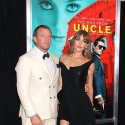 Guy Ritchie y Jacqui Ainsley felices en el estreno de 'Operación U.N.C.L.E.'