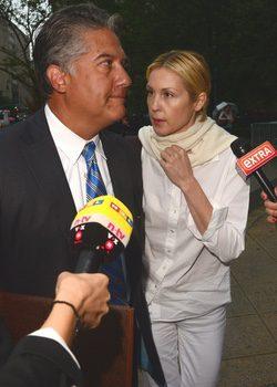 Kelly Rutherfod, saliendo del juzgado con su abogado