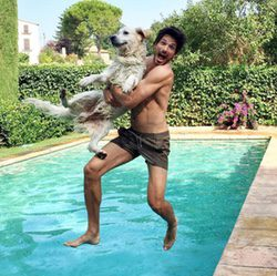 Andrés Velencoso se tira a la piscina con su perro Herry