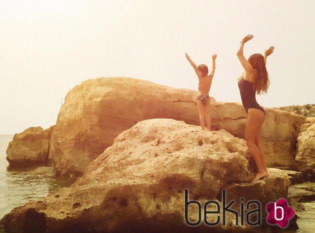 Elena Tablada y su hija Ella en unas rocas en Ibiza