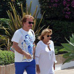 María Teresa Campos y Bigote Arrocet paseando por Marbella