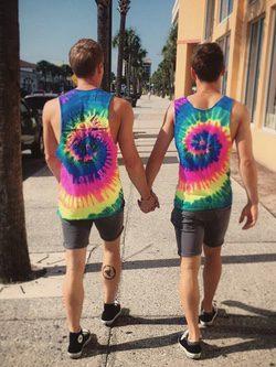 Tom Daley y su novio Dustin Lance Black cogidos de la mano