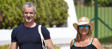 Terelu Campos y José Valenciano cogidos de la mano en Marbella