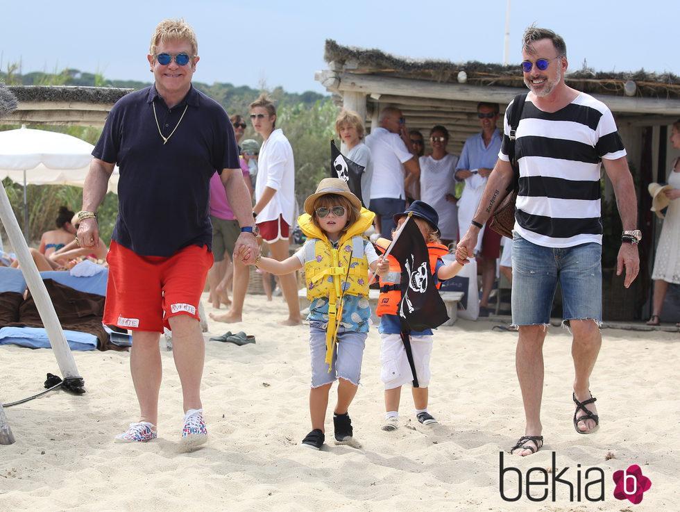 Elton John y David Furnish de vacaciones en Saint Tropez con sus hijos Zachary y Elijah