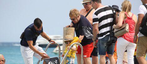 Elton John y David Furnish se dirigen en barco a un restaurante playero con sus hijos