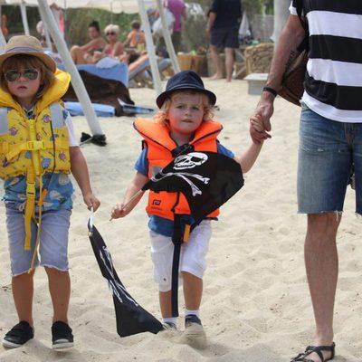 Zachary y Elijah Furnish-John en Saint Tropez con sus padres Elton John y David Furnish