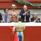 Enrique Ponce brinda un toro al Rey Juan Carlos, la Infanta Elena y sus hijos en San Sebastián