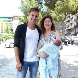 Tamara y su marido Daniel Roque presentan a su hijo Héctor