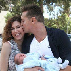 Daniel Roque besa a Tamara en la presentación de su hijo Héctor