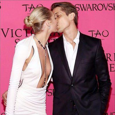 Candice Swanepoel y Hermann Nicoli besándose en el photocall de Victoria's Secret