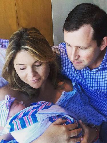 Jenna Bush posando con Henry Hager y Poppy Louise tras dar a luz