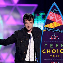 Josh Hutcherson recogiendo su galardón de los Teen Choice Awards 2015