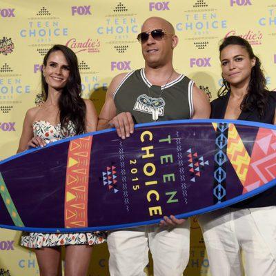 Jordana Brewster, Vin Diesel y Michelle Rodriguez con el galardón de 'Fast&Furious 7' de los Teen Choice Awards 2015
