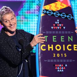 Ellen DeGeneres recogiendo su galardón de los Teen Choice Awards 2015