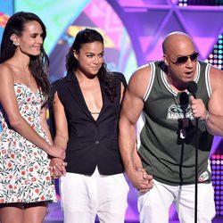 Jordana Brewster, Vin Diesel y Michelle Rodriguez recogen el galardón de 'Fast&Furious 7' de los Teen Choice Awards 2015