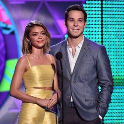 Sarah Hyland y Skylar Astin presentando un premio en los Teen Choice Awards 2015