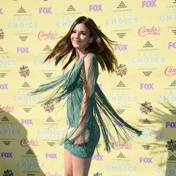 Victoria Justice luciendo los flecos de su vestido en los Teen Choice Awards 2015