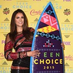 Nina Dobrev posando con su galardón de los Teen Choice Awards 2015