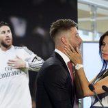 Pilar Rubio acariciando a Sergio Ramos durante su renovación con el Real Madrid
