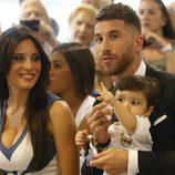 Sergio Ramos con Pilar Rubio y su hijo Sergio Jr. en su renovación con el Real Madrid