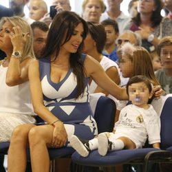 Pilar Rubio muy cariñosa con su hijo Sergio Ramos Jr en la renovación de Ramos