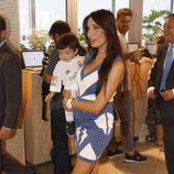 Pilar Rubio con su hijo Sergio en brazos durante la renovación de Ramos con el Real Madrid