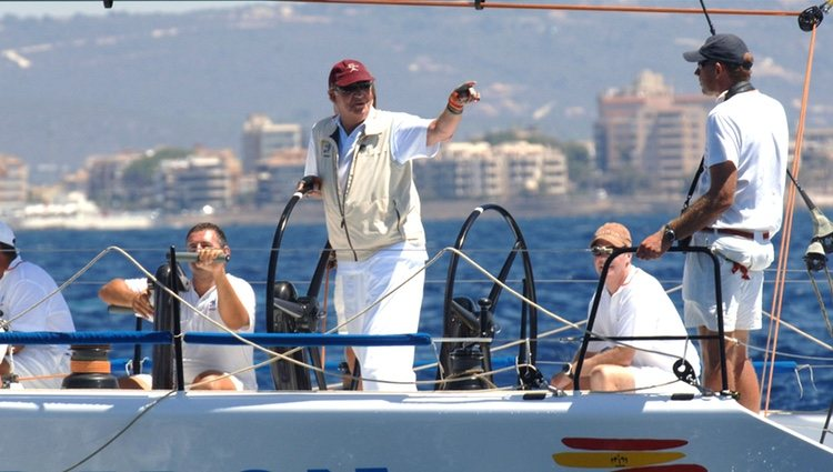 El Rey Juan Carlos capitaneando el Bribón en la Copa del Rey de Vela