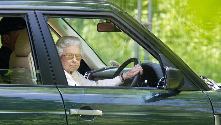 La Reina Isabel conduciendo