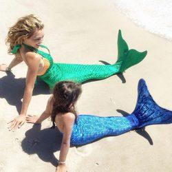 Thalía y su hija vestidas de sirena frente al mar