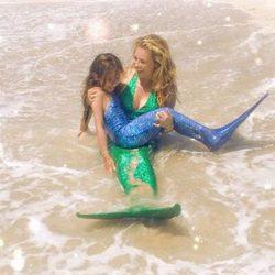 Thalía y su hija bañándose en el mar con sus trajes de sirena