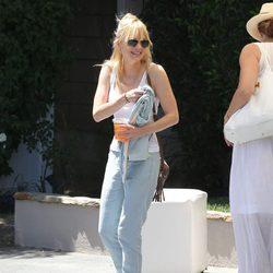 Anna Farris muy sonriente en su llegada a casa de Jennifer Klein