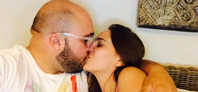 Kiko Rivera y su novia Irene Rosales besándose
