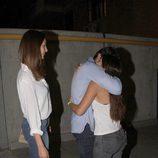 Cayetano Rivera y Eva González saludando a su sobrina Tana tras conocer a su sobrina Carmen