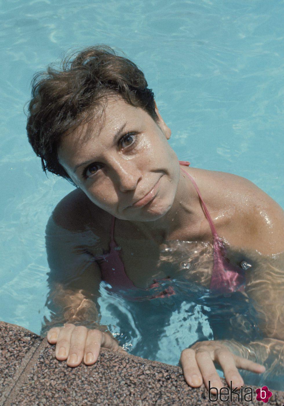 Lina Morgan dándose un chapuzón en la piscina