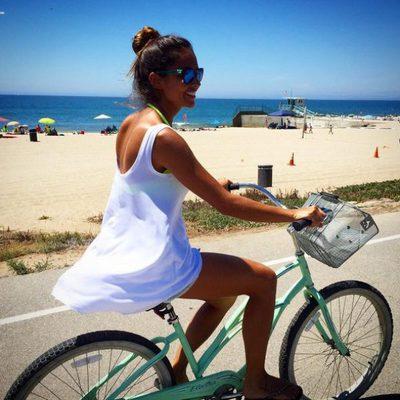 Lara Álvarez montando en bici a lo 'Verano Azul'