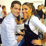 Eva Longoria y Jesse Metcalfe muy sonrientes en un evento de cocina