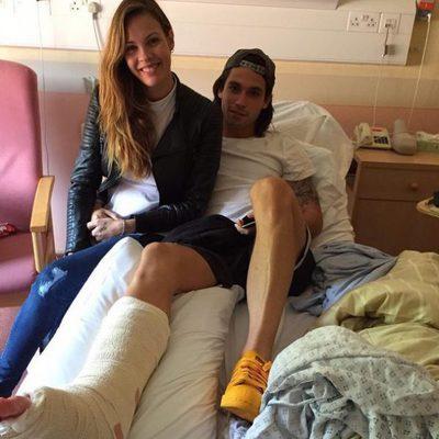 Jota Peleteiro con Jessica Bueno tras operación de tobillo