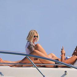Eugenia Martínez de Irujo con su hija Tana en un barco en Ibiza