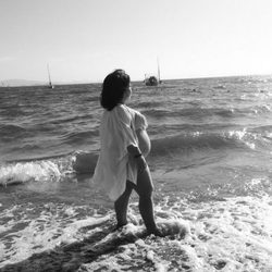 Chiqui luciendo embarazo a la orilla de la playa