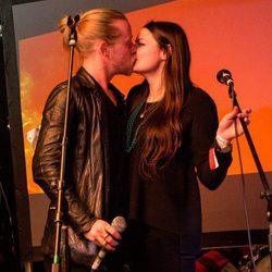 Macaulay Culkin besa a su novia Jordan Lane Price durante una actuación de The Pizza Underground