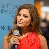 Eva Mendes luce su anillo de esmeralda en un evento de Estee Lauder