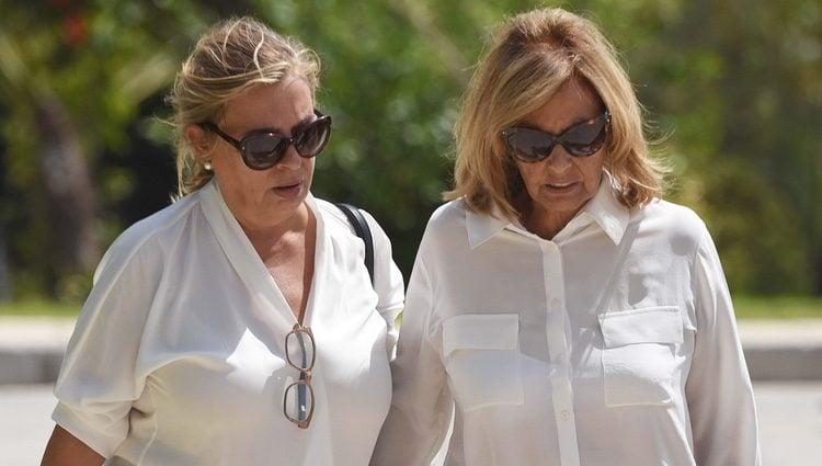 María Teresa Campos y su hija Carmen llegando a la capilla ardiente de su tía Araceli Campos