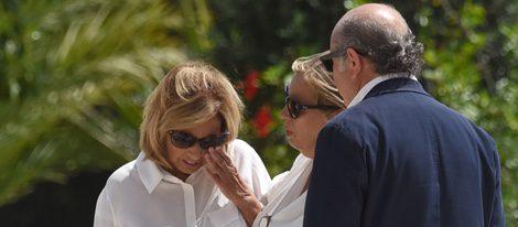 Carmen Borrego consuela a María Teresa Campos en la capilla ardiente de Araceli Campos