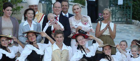 Los Príncipes Alberto y Charlene con sus hijos en los jardines de María Antonieta